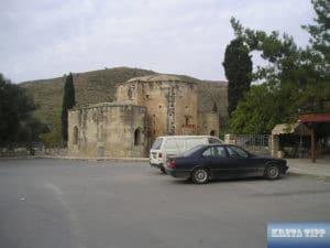 Parkplatz an der Titus-Kirche von Gortis