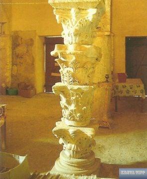 Antike korinthische Kapitellen als Stützpfeiler