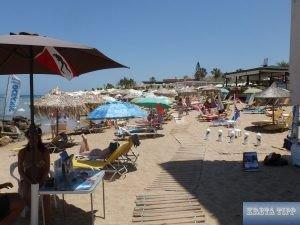 Tourismus an einem Strand auf Kreta